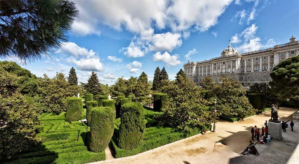 Los Jardines de Sabatini junto al Palacio Real de Madrid