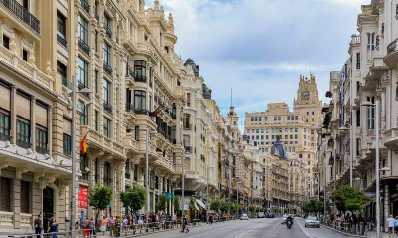 La Gran Vía de Madrid es la calle principal de la capital: en el camino conocerás edificios históricos como la Metrópolis, hoteles, teatros, discotecas, cines