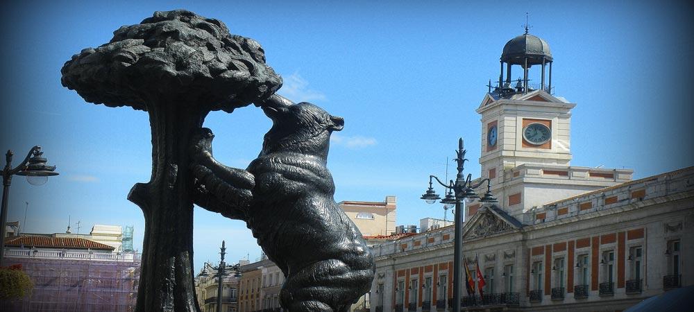 La Puerta del Sol es una plaza de Madrid la capital de España